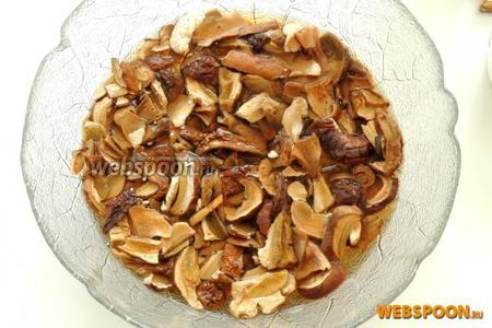 Замочим в горячей воде грибы на 15 минут или следуя рекомендациям на упаковке. Сольём воду и отрусим грибы.
