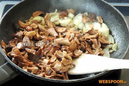 В той же сковороде обжарим нарезанный лук и нарезанные грибы.