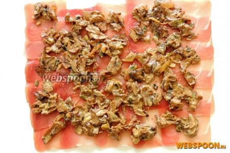 1/3 часть грибной начинки распределяем на ветчину.