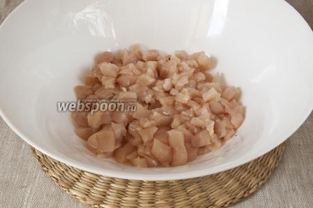 Филе промыть, высушить и как можно мельче нарезать кубиками.