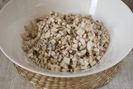 Добавить промытые и также мелко нарезанные шампиньоны.