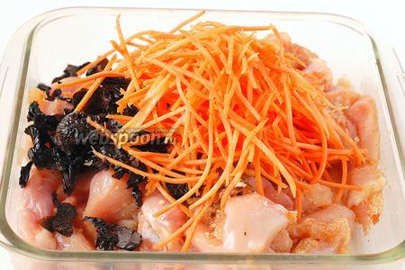 Морковь очистить, натереть на тёрке для моркови по-корейски. Добавить морковь к мясу.