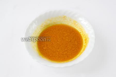 Отжимаем сок из одного апельсина, добавляем 1,5 столовых ложки сахара и цедру, перемешиваем.