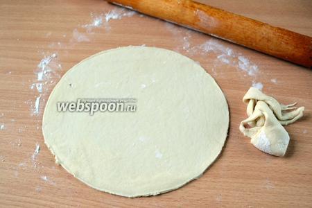 Раскатываем каждую часть  максимально тонко (до 2 мм). С помощью тарелки вырезаем круг. Диаметр тарелки должен быть в 2 раза меньше ширины противня. У меня тарелка 20 см диаметром. Обрезки теста собираем, они ещё понадобятся.