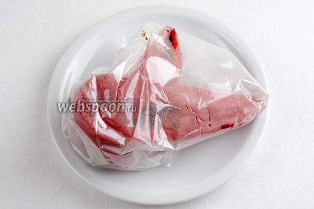 Печеный перец завернуть в пакет для запекания, немного остудить. Снять кожуру (она легко снимется с запаренного перца). Ложкой вычистить семена. Нарезать мелко.