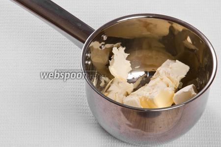 Кладём 200 грамм сливочного масла в кастрюлю и растапливаем его.