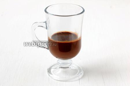 Прозрачный стакан на 1/3 наполнить горячим шоколадом.