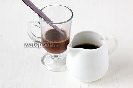 Горячий кофе перелить в посуду с «носиком». В стакан установить лезвие ножа под наклоном таким образом, чтобы кончик ножа доходил до верхней границы горячего шоколада.