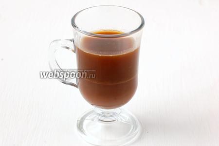 Аккуратно по лезвию ножа налить горячий кофе. Слои не должны перемешаться.
