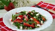 Фото рецепта Салат с рукколой и клубникой