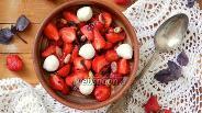 Фото рецепта Салат «Капрезе» с клубникой