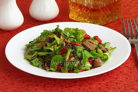 Салат из куриной печени с овощами