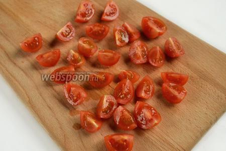 Помидоры черри разрезаем на четвертинки (можно заменить обычным помидором).