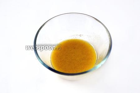 Взбиваем оливковое масло с горчицей и лимонным соком, приправляем солью и перцем.