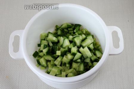 Положить нарезанные овощи в глубокую ёмкость.