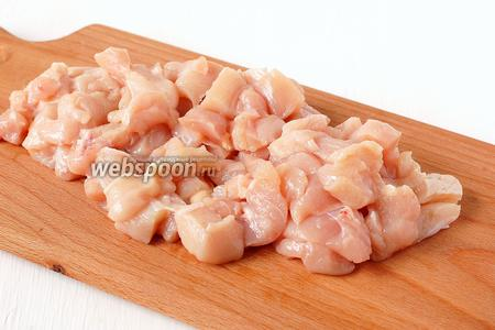 Куриное филе помыть и порезать небольшими кусочками.