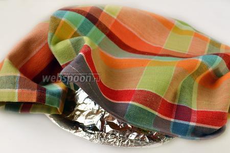 Смазанную маслом стопку хычинов накрываем фольгой и полотенцем, даём немного постоять, чтобы они стали мягкими и нежными.