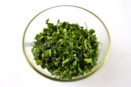 Смешиваем все виды зелени, добавляем растопленное сливочное масло. Можно также добавить перец и молотый кориандр. Мять зелень не нужно, чтобы не пустила сок.