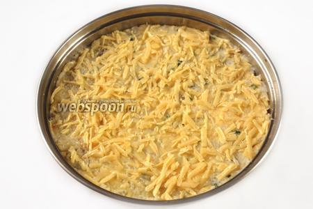 Смешиваем картофельное пюре с пюре из трески, выкладываем смесь в смазанную оливковым маслом форму для запекания, посыпаем сверху сыром и ставим в духовку при температуре 200°C на 15-20 минут.