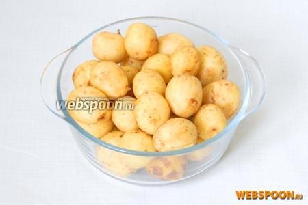 Молодой картофель чистим и моем под проточной водой.