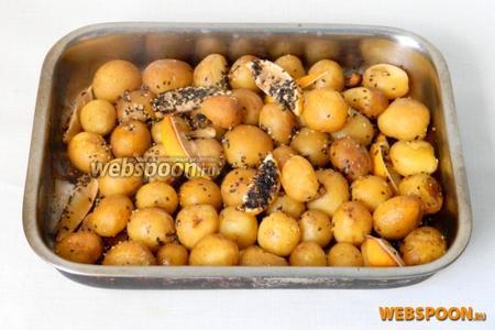 Когда картофель становится мягким, снимаем фольгу, встряхиваем форму для выпечки и запекаем ещё 10 минут. Наш молодой картофель готов. При подаче посыпьте измельчённой петрушкой и полейте соком лимона. Приятного аппетита!