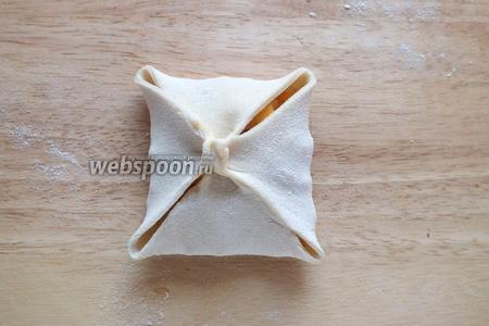 Соедините уголки квадрата в середине, затем слепите тесто по диагоналям, чтобы получился конвертик.