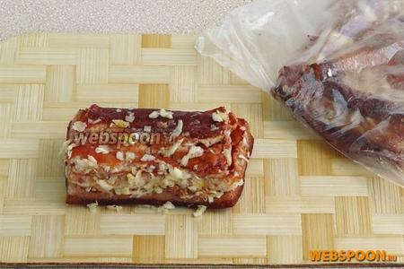 Тщательно натереть сало со всех сторон чесноком, поместить в пакет и оставить на 2 часа при комнатной температуре.