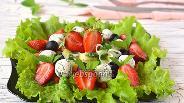 Фото рецепта Салат с клубникой и творожно-чесночными шариками