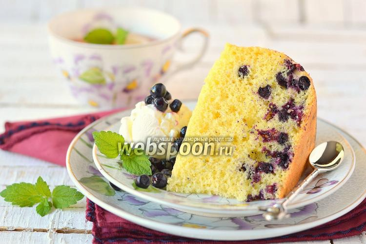 Фото Бисквитный пирог с черникой в мультиварке