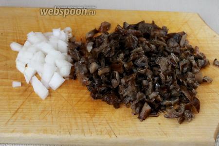 Мелко нарезать оставшийся лук и размороженные отваренные грибы.