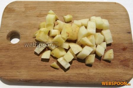 Картофель режем, опускаем в кипящий бульон.