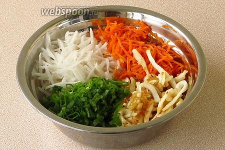 Соединить дайкон, морковь, кальмаров с жареным луком и зелёный лук.