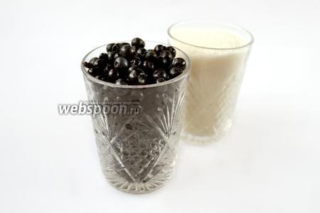 Измеряем количество ягод стаканом. На стакан ягод берём стакан с четвертью сахара.