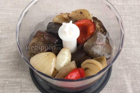 Остывшие продукты измельчить в блендере или мясорубке.