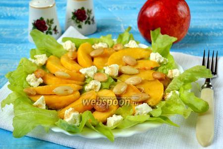 Салат с нектаринами и миндалём