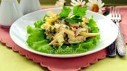 Фото рецепта Салат с сыром, редисом и зелёным горошком