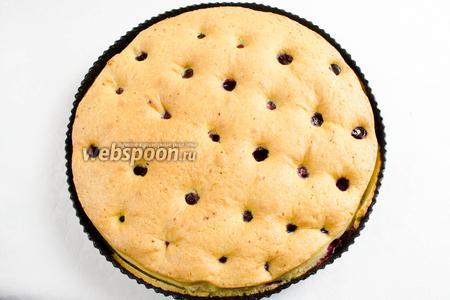 Готовый пирог немного остудить в форме. Ещё тёплым аккуратно вынуть из формы. Остудить на решётке.