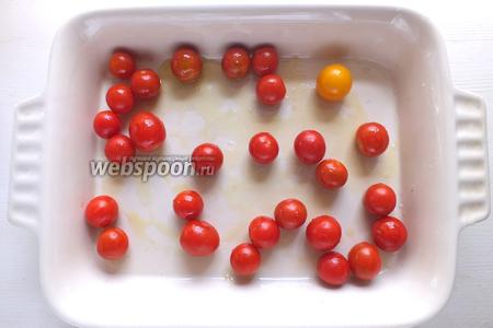 Разогрейте духовке до 200°C. Смешайте томаты черри с оливковым маслом и выложите в форму для запекания. Томатов не должно быть слишком много, иначе от выделившегося из них сока шашлычки не приобретут золотистой корочки.