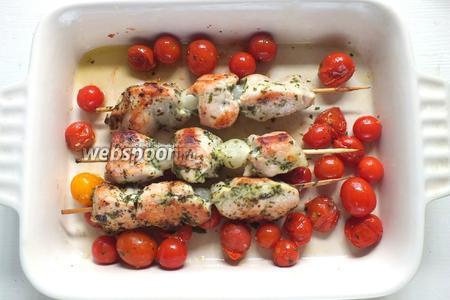 Готовые шашлычки подавайте горячими вместе с томатами черри. В качестве соуса хорошо подойдёт, например, сладко-острый соус карри.