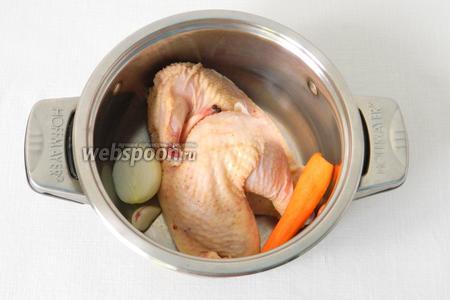На 4 порции нам понадобится половина домашней курицы или петуха. В кастрюлю (лучше жаровню) кладём подготовленную тушку, лук, морковь, чёрный перец и соль. Заливаем водой.