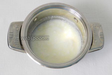 В кефир высыпаем соль и соду, даём немножко постоять.
