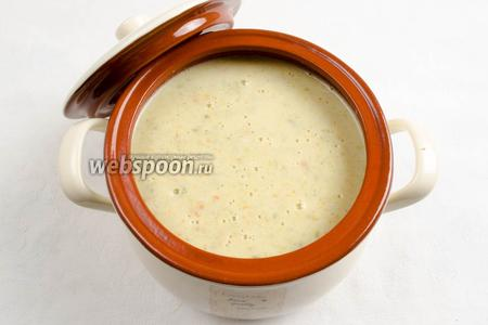 Аккуратно вынуть чашу из мультиварки. Суп пюрировать и перелить в керамическую посуду. Накрыть крышкой. Подавать к обеду горячим. Украсить зеленью.