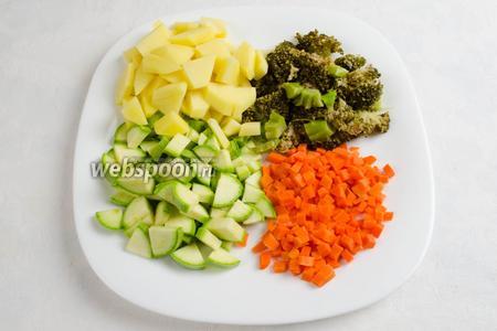 Тем временем очистить овощи, вымыть, нарезать.