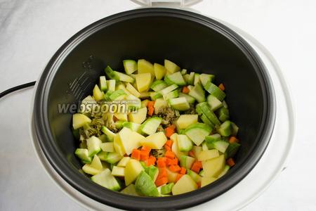 Добавить в чашу подготовленные овощи.