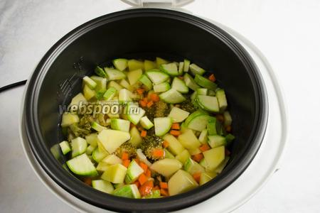 Залить овощи горячей водой 600 мл. Закрыть крышку. Включить режим приготовления «Выпечка». Установить время 20 минут. Включить «Старт».