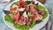 Фото рецепта Салат с хамоном, колбаской чоризо и каперсами