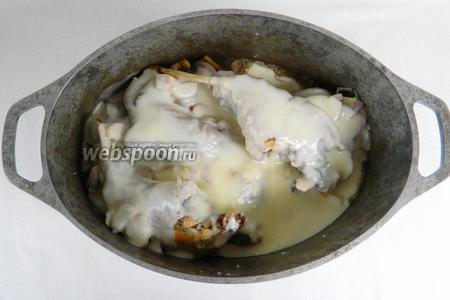 К мясу кролика добавляем лук, заливаем соусом и тушим ещё минут 40, до полной готовности.