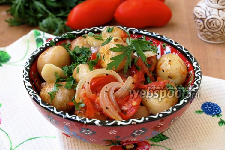 Фото Молодой картофель с луком и помидорами