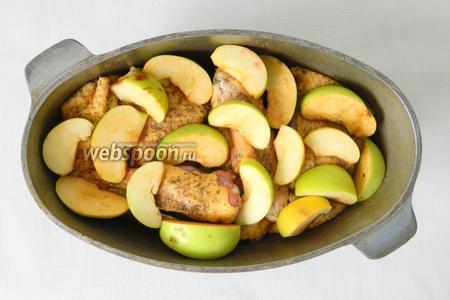 В сухую жаровню складываем слоями утку, затем яблоки и снова утку.