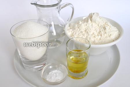 Для пряников нам понадобится мука, сахар, вода, сода, растительное масло у меня уже с мятным ароматом.